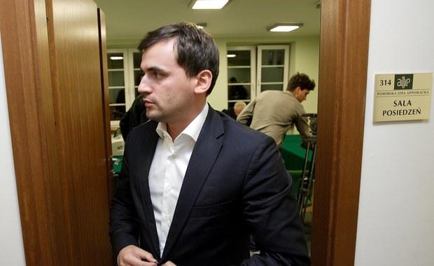 Sędziowie zdecydowali o trzymiesięcznym areszcie dla Marcina Dubienieckiego. Zięć zmarłego prezydenta Lecha Kaczyńskiego usłyszał zarzut kierowania grupą przestępczą, wyłudzenia 13 mln złotych z Państwowego Funduszu Rehabilitacji Osób Niepełnosprawnych i prania brudnych pieniędzy. Może spędzić w więzieniu nawet 10 lat. Sąd jednocześnie zastrzegł, że areszt może być uchylony po wpłaceniu 600 tys. zł poręczenia w terminie trzech tygodni od daty postanowienia.