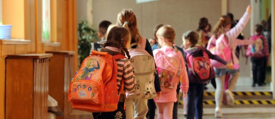 Prawie połowa najmłodszych uczniów ma za ciężkie tornistry. Dzieci noszą ponad 1 kg zbędnych rzeczy, np. kilka piórników, ciężkie termosy, bidony, zabawki - wynika z badań Fundacji Rosa. Rekordzista miał aż 77 proc. przedmiotów niepotrzebnych podczas lekcji.