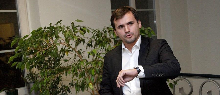 Jest prokuratorskie zażalenie na sądową decyzję w sprawie Marcina Dubienieckiego. Tym samym potwierdziły się wcześniejsze nieoficjalne informacje reporterów RMF FM. Nad ranem sąd w Krakowie zdecydował, że adwokat nie trafi do aresztu, jeśli wpłaci 600 tysięcy złotych kaucji. Poręczenie majątkowe zostało już wpłacone. Co dziwne - sąd nie zawahał się skierować do aresztu 4 pozostałych podejrzanych w sprawie - bez możliwości poręczenia majątkowego. Krakowska prokuratura uważa, że adwokat Marcin Dubieniecki powinien pozostać w areszcie. Dlatego składa zażalenie na decyzję sądu.