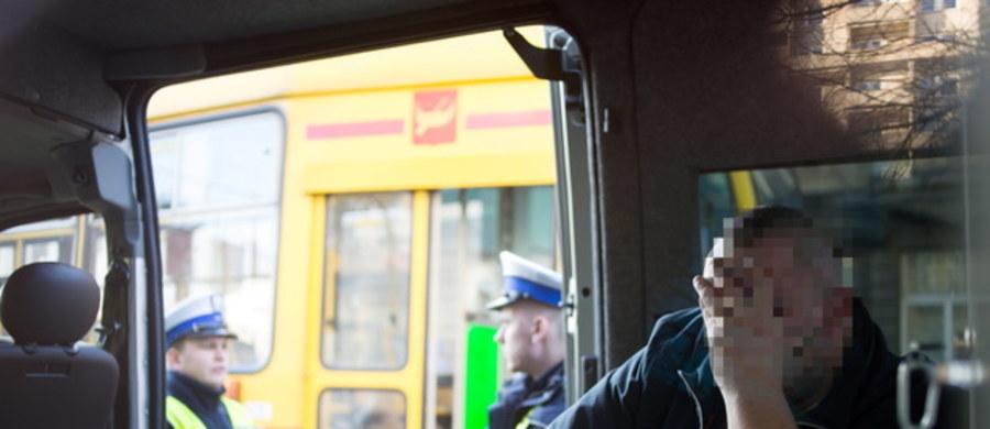 Na 13,5 roku więzienia łódzki sąd skazał 36-letniego motorniczego, który prowadził tramwaj po pijanemu i na przejściu dla pieszych zabił 3 kobiety. Piotr M. nie będzie też mógł prowadzić pojazdów. Dramatyczne wydarzenia rozegrały się na skrzyżowaniu ulic: Piotrkowskiej i Brzeźnej w Święto Trzech Króli ubiegłego roku.