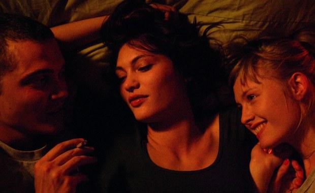 """Film """"Love"""" Gaspara Noe, okrzyknięty sensacją tegorocznego Cannes ze względu na wyjątkowo śmiałe sceny erotyczne, trafia w 3D na ekrany w Polsce. To historia o namiętności, zdradzie i miłości utraconej."""