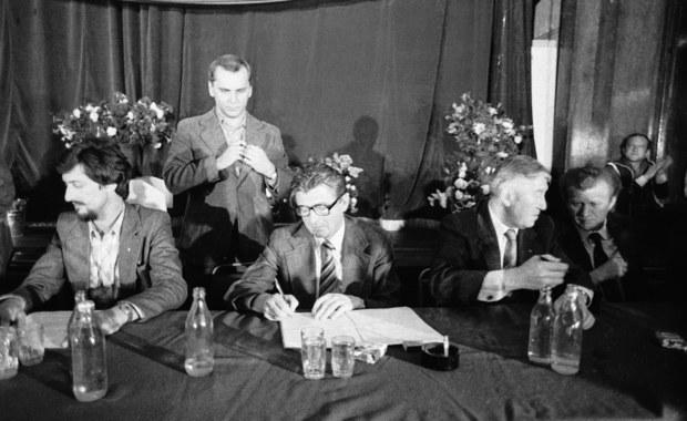 30 sierpnia 1980 r. w świetlicy Stoczni Szczecińskiej im. Adolfa Warskiego władze komunistyczne podpisały porozumienie z przedstawicielami strajkujących załóg regionu, co zakończyło strajki na Pomorzu Zachodnim. Dokument przeszedł do historii pod nazwą Porozumienia Szczecińskiego. W pierwszym punkcie mówił o powołaniu samorządnych związków zawodowych.