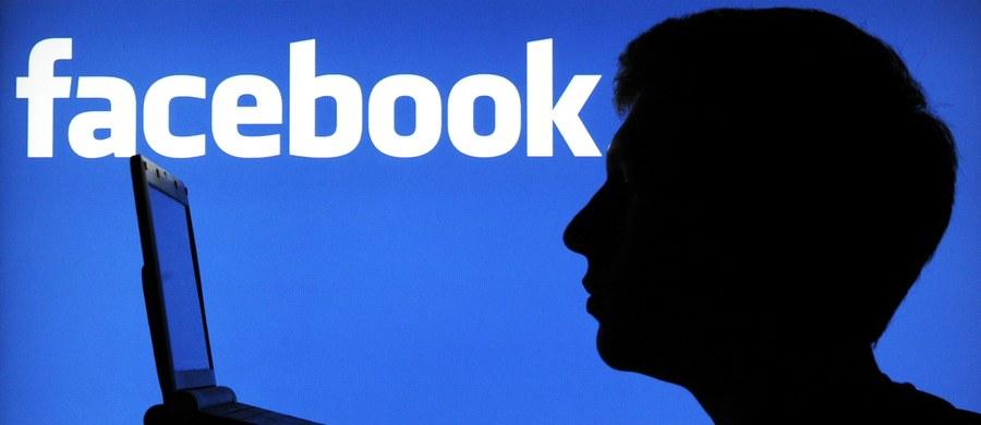 """Czy na Facebooku obowiązują jakieś zasady? - pytają rozmówcy we wszelakich dyskusjach o savoir-vivrze. Istnieją, podobnie jak w życiu w tzw. realu. Na portalach społecznościowych rozgrywa się bowiem część naszej codzienności, której właściwą sceną dawniej były pokoje mieszkań, domów, ulica, kawiarnia czy tablica ogłoszeń na miejskim rynku. Na Facebooku czasem również warto ugryźć się w język albo raczej w palec, zanim na klawiaturze wystuka to i owo lub dwa razy zastanowić, czy udostępnienie lub """"polubienie"""" czegoś będzie właściwe. Dziś jednak chciałbym skupić się na odpowiedzi na pytanie, które postawiła mi jedna z czytelniczek mojego bloga: """"Czego nie publikować na Facebooku?""""."""