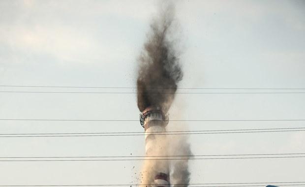 Spektakularna eksplozja w Łodzi. Mierzący 140 metrów wysokości żelbetowy komin dawnego zakładu energetyki cieplnej przy ul. Demokratycznej w ciągu kilku sekund zniknął z powierzchni ziemi.