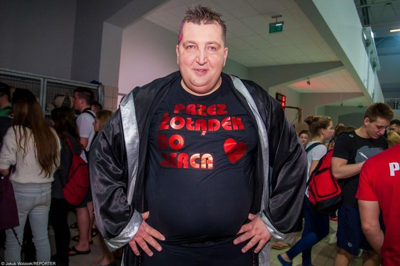 """Kariera muzyczna znanego z programów """"Rolnik szuka żony"""" oraz """"Celebrity Splash"""" Adama Kraśki nabiera tempa. Gwiazdor nagrał wraz z zespołem XFORT piosenkę """"Szalona laska"""", do której powstał również teledysk."""