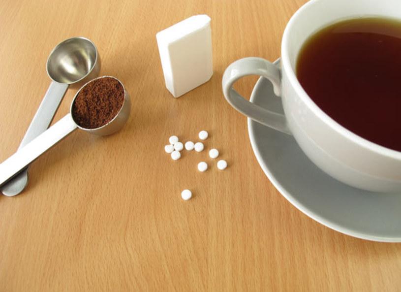 Substancje słodzące możemy podzielić na dwa rodzaje: sztuczne i naturalne. Jeśli chodzi o substancję sztuczną wytwarzaną w czasie procesów chemiczny, czyli aspartamu jest to 40 miligramów na kilogram may ciała. Jeśli dawka to zostanie przekroczona, organizm narażony jest na reakcje alergiczne, a dawka ta zamiast odchudzać jedynie pobudza apetyt. Zamiast sztucznych słodzików warto wybierać te naturalne jakim jest np. stewia. Nie dość, że są o wiele zdrowsze, to jeszcze nie mają kalorii.