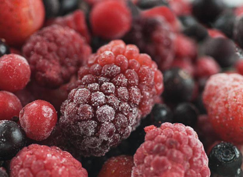 Maksymalną temperaturę minusową jaką mogą osiągnąć zamrażalniki w domowych lodówkach to - 18 stopni Celsjusza. Pamiętajmy, że im niższa temperatura w zamrażalniku, tym produkty mogą wytrzymać w nim dłużej. Produkty, które zawierają więcej wody możemy mrozić od trzech do góra sześciu miesięcy. Zanim zamrozisz warzywa, warto je najpierw zblanszować, zioła natomiast trochę podsuszyć.