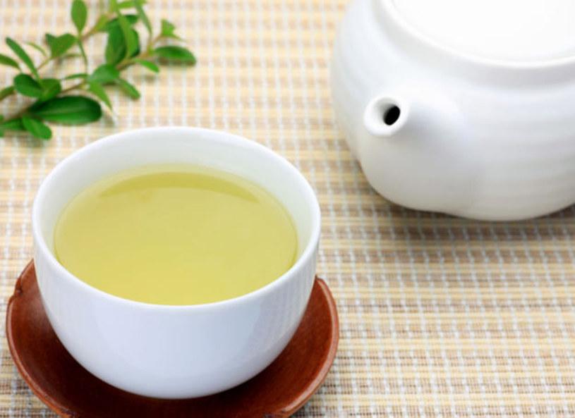 Parzenie herbaty, to jak się okazuje, nie taka prosta sprawa. Jeśli chcemy, aby napój był smaczny musimy pamiętać,że żadnej herbaty nie parzy się dłużej niż 3 minuty. Każda herbata pasuje do innego rodzaju okoliczności np. zielona jaśminowa idealnie sprawdzi sięw upalne dni, a biała lub czarna zadziała podobnie do kawy, ponieważ zawiera w sobie największą dawkę kofeiny.