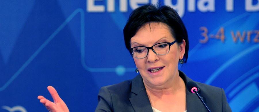 """""""Polska chce być solidarna, ale solidarność europejska w obszarze migracji musi być odpowiedzialna; trzeba nieść pomoc tym, którzy jej naprawdę potrzebują, a nie tym wszystkim, którzy w Europie upatrują szans na lepsze życie"""" -  powiedziała premier Ewa Kopacz. """"Polska zawsze stała i stoi za solidarnością europejskimi wartościami, o które sami tak długo walczyliśmy. Nie odwracamy oczu od problemów naszych europejskich partnerów, a przede wszystkim od dramatu ludzi, którzy z narażeniem życia przedostają się na nasz kontynent. Nie jesteśmy i nie będziemy ślepi na kryzys humanitarny, z którym mamy do czynienie""""  podkreśliła szefowa rządu w wystąpieniu w Katowicach."""