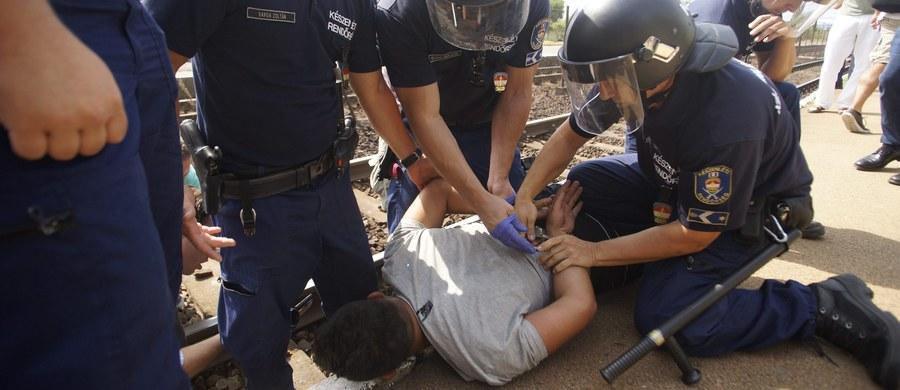 """Mimo nakazów węgierskiej policji wielu uchodźców odmówiło opuszczenia pociągu do Sopronu przy granicy z Austrią, który został zatrzymany w Bicske niedaleko Budapesztu. Policja zdementowała z kolei agencyjne doniesienia, że przy użyciu pałek usunęła z dworca dziennikarzy i ogłosiła stację """"strefą operacyjną""""."""