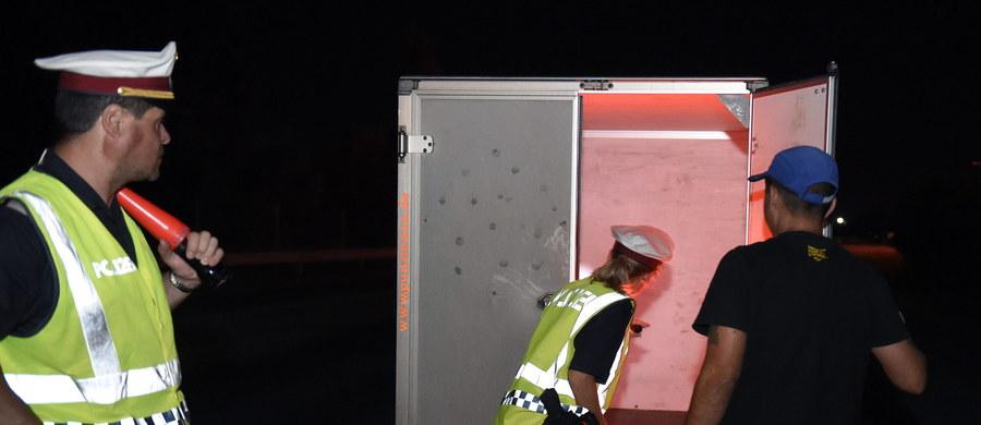Ciężarówka z polską rejestracją zderzyła się ze słowackim samochodem marki Dacia Logan w pobliżu Żyliny na Słowacji. Przewoziła 23 Syryjczyków - poinformował Martin Waldl z miejscowej policji. W zderzeniu zginął pasażer dacii.