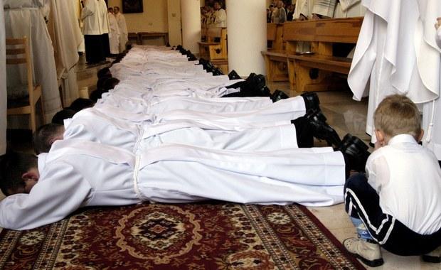 """Coraz mniej młodych mężczyzn chce być księżmi. W seminariach diecezjalnych 1 października 2014 r. rozpoczęło naukę 586 kleryków, w 2013 było ich 589, a w 2012 – 664. I jak ustaliła nieoficjalnie """"Gazeta Wyborcza"""", w tym roku tendencja spadkowa się utrzymuje."""