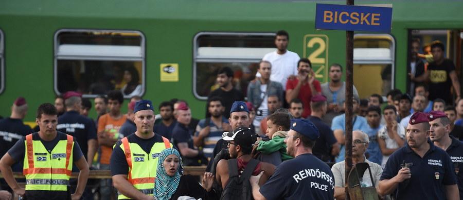 Coraz gorsza staje się sytuacja uchodźców uwięzionych od wczoraj w pociągu na węgierskiej stacji Bicske. Ludzie są na skraju wytrzymałości. Nie mogą wyjść poza peron, który szczelnie obstawiła węgierska policja.