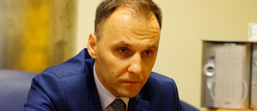 """""""Trzeba zasiąść ponownie do stołu rozmów o liczbie przyjmowanych przez poszczególne państwa uchodźców, a nie rozpoczynać dyskusję od mówienia, że Polska i kraje Europy Środkowo-Wschodniej są egoistami. Nie jesteśmy i nie będziemy nimi"""" - mówi w Kontrwywiadzie RMF FM szef Urzędu do Spraw Cudzoziemców Rafał Rogala. Ilu uchodźców jest w stanie przyjąć Polska? """"Mamy gotowy plan na wypadek sytuacji kryzysowej. Mamy wariant i na 5, 20, czy 30 tys."""" - odpowiada minister. Rogala zapowiada, że jest przyjechaliby do nas uchodźcy, to trafiliby do otwartych ośrodków, nie byliby pod strażą, a po pewnym czasie zostaliby włączeni do programów integracyjnych. Jacy to będą imigranci? """"W przypadku relokacji przyjadą do Polski głównie Erytrejczycy i Syryjczycy. W przypadku przesiedleń całkowicie Syryjczycy"""" - odpowiada Rafał Rogala. Szef UdsC dodaje, że utrzymanie uchodźcy w Polsce kosztuje około 1380 zł miesięcznie. """"Budżet szefa Urzędu ds. Cudzoziemców na ten rok to 52 mln zł. Zdarza się, że kiedy są masowe napływy, to budżet jest zwiększany"""" - dodaje gość RMF FM."""