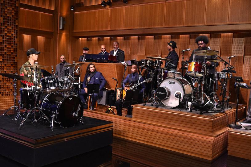 Prawie milion odtworzeń w ciągu niespełna doby zebrało wideo z perkusyjną potyczką między Justinem Bieberem a Questlove z The Roots w telewizyjnym programie Jimmy'ego Fallona.