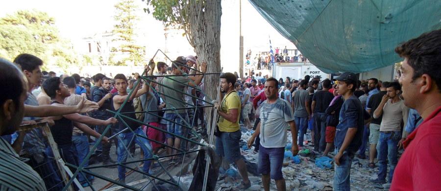 Niespokojnie na greckiej wyspie Lesbos. Z policją i funkcjonariuszami straży przybrzeżnej starło się około 200 niezarejestrowanych uchodźców, próbujących dostać się na statek - poinformował rzecznik straży przybrzeżnej. Telewizja pokazała imigrantów obrzucających policjantów kamieniami.