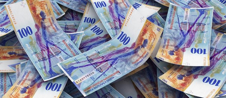 """Koszty przewalutowania kredytów frankowych w połowie będą ponosić banki, a w połowie kredytobiorcy - taką poprawkę do """"ustawy o frankowiczach"""" przyjął Senat. W sejmowej wersji ustawy aż 90 procent tych kosztów miały ponosić banki, a tylko 10 procent frankowicze. Teraz ustawa wróci do Sejmu."""