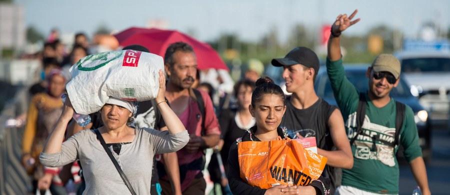 Rząd w Budapeszcie zapowiedział, że wyśle autobusy, które zawiozą wędrujących autostradą uchodźców do granicy z Austrią. Setki uchodźców wyruszyli pieszo z budapeszteńskiego dworca Keleti do Wiednia. Zdecydowali się iść pieszo, bowiem władze nie zezwoliły im na przejazd pociągami. To głównie rodziny z Syrii i Afganistanu.