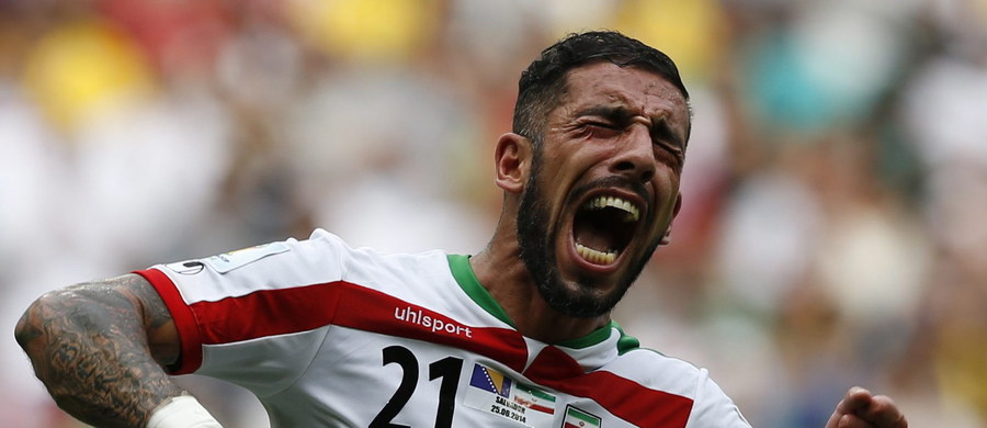 Komisja Etyki przy irańskim związku piłki nożnej wezwała dwóch zawodników reprezentacji Ashkana Dejagaha i Sardara Asmuna. Obaj mają się tłumaczyć ze swoich tatuaży, które widoczne były w meczu eliminacji mistrzostw świata. Grozi im wysoka grzywna finansowa, a nawet zawieszenie.