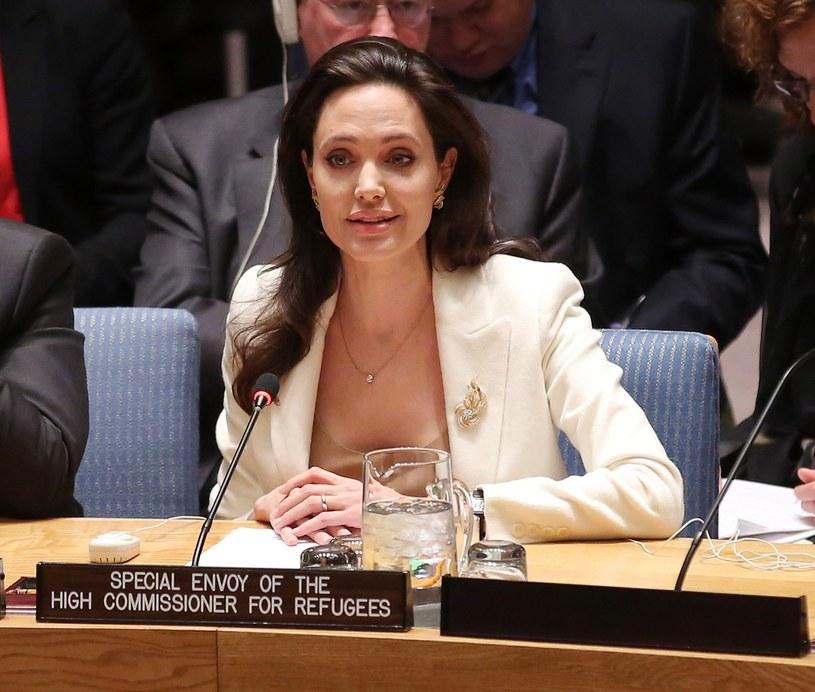 Podczas gdy tysiące zdesperowanych ludzi przybywają do Europy w poszukiwaniu schronienia, należy dokonać rozróżnienia między uchodźcami, którzy uciekają przed wojną, a migrantami zarobkowymi, którzy uciekają przed biedą - zaapelowała Angelina Jolie.