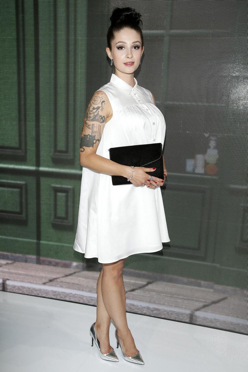"""Gdy zakryję tatuaże, dobrze wpisuję się w stylistykę lat 20. - twierdzi Anna Matysiak. Aktorka zachwyciła się strojami z epoki międzywojnia na planie serialu """"Bodo"""". Zamierza nawet przemycać elementy ówczesnej stylistyki do swojej codziennej garderoby."""