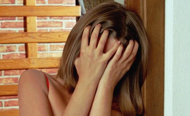Mieszkanka Wielkiej Brytanii po 2 latach związku odkryła, że jej chłopak, to tak naprawdę jej dobra koleżanka. Kobieta podszywająca się pod mężczyznę w trakcie spotkań miała na sobie bandaż płaszczący piersi, a w łóżku używała dildo.