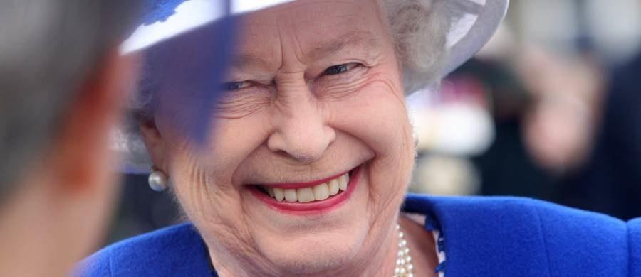 """Dziś królowa Elżbieta II stała się najdłużej panującym monarchą Wielkiej Brytanii. Tym samym pobiła rekord ustanowiony przez swoją praprababkę królową Wiktorię, która rządziła krajem przez 63 lata i dokładnie 217 dni. Elżbieta II jest dla wielu Brytyjczyków uosobieniem stabilności i kwintesencją brytyjskości. Dziennik """"The Telegraph"""" opracował nawet kilkanaście kwestii, za które Anglicy darzą Elżbietę II szczególną sympatią."""
