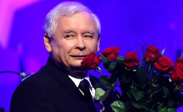"""Prezes Prawa i Sprawiedliwości Jarosław Kaczyński został Człowiekiem Roku Forum Ekonomicznego w Krynicy-Zdroju. """"Mam nadzieję, że ta nagroda jest symptomatyczna; jest symptomem pewnej zmiany, bardzo ważnej zmiany - że coś niedobrego w naszej historii, w naszym życiu publicznym, coś co trwało już wiele lat, kończy się, że wracamy do normalności"""" – powiedział były premier dziękując za wyróżnienie."""