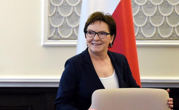 """Premier Ewa Kopacz chce spotkać się w środę z liderami partii zasiadających w Sejmie. Tematem rozmowy ma być napływ uchodźców do Europy. Szefowa rządu stwierdziła również, że Polska jest gotowa zrobić ws. uchodźców więcej, niż dotąd deklarowała: """"Nasze możliwości są większe niż zadeklarowane już przyjęcie 2 tysięcy osób""""."""