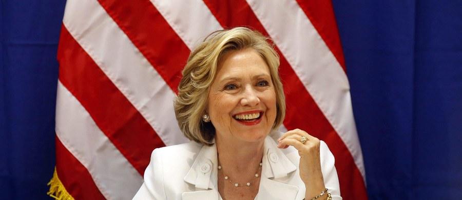 Hillary Clinton, ubiegająca się o fotel prezydenta USA, przeprosiła za prowadzenie prywatnej skrzynki mailowej w celach służbowych podczas gdy była szefową dyplomacji. Skandal związany z prywatnymi mailami Clinton bardzo osłabił jej notowania w sondażach.