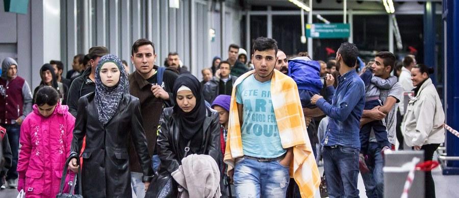 """Kryzys migracyjny, którego doświadcza Europa, wszedł w kolejną fazę. Rządy krajów, sprzeciwiających się obowiązkowym kwotom migrantów, poddane są ostatnimi dniami potężnej presji ze strony polityków i mediów, przede wszystkim niemieckich. Elementem tej kampanii jest manipulowanie pojęciem """"solidarność"""" i niechęć do zrozumienia specyfiki społecznej Europy Środkowej. Sami uchodźcy pozostają w cieniu."""