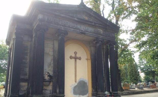 39-letni mężczyzna wpadł do kilkumetrowego szybu w starej krypcie na cmentarzu w Świebodzicach na Dolnym Śląsku. Zginął na miejscu. Policję o wypadku zawiadomili jego koledzy. Dwaj mężczyźni zostali zatrzymani. Dziś mają usłyszeć zarzut.