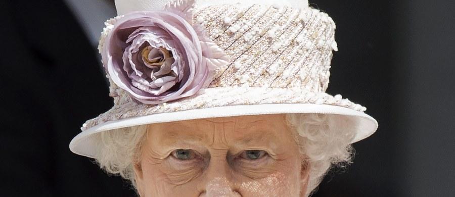 Gdy inkrustowana diamentami korona opadała na skroń Elżbiety Windsor - w 1952 roku takie nosiła oficjalnie nazwisko - Związkiem Radzieckim rządził Stalin, a Stanami Zjednoczonymi prezydent Truman. Od tego czasu minęły 63 lata, 7 miesięcy i dwa dni. Królowa Elżbieta II, pobija dziś rekord królowej Wiktorii, która równie długo zasiadała na tronie. Historia mierzy się z historią. Długo będziemy musieli czekać na kolejny wpis w tej kategorii w Księdze Guinnessa.