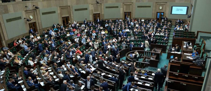 Frankowicze najprawdopodobniej obejdą się smakiem. Wiele wskazuje na to, że przed końcem kadencji Sejmu posłowie nie zdążą uchwalić przepisów pozwalających na przewalutowanie kredytu mieszkaniowego z jednoczesnym obciążeniem banku częścią kosztów. Nie spieszą się bowiem, by rozpatrzyć poprawki Senatu w tej sprawie.