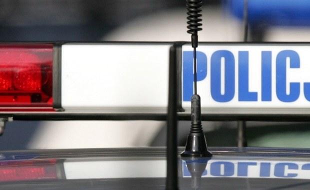 Krakowska policja poszukuje dwóch bandytów, którzy uciekają czarnym BMW X5 - dowiedzieli się dziennikarze RMF FM. To sprawcy napadu na firmę kurierską przy ulicy pułkownika Dąbka w Krakowie. Mogą być uzbrojeni i niebezpieczni.