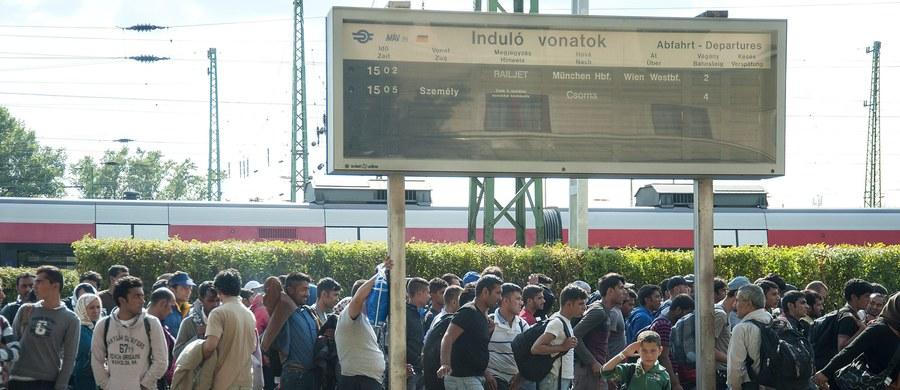 Ze względów bezpieczeństwa władze Austrii zamknęły przejście graniczne w Nickelsdorfie na autostradzie A4, na granicy z Węgrami - podała agencja APA. Dziesiątki migrantów idą w kierunku Wiednia - twierdzi Reuters.