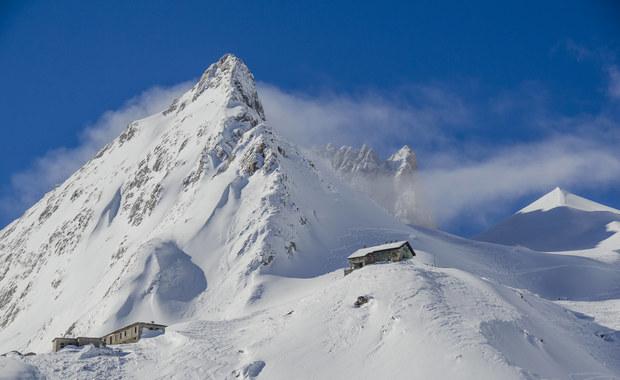 """Najwyższy alpejski szczyt Mont Blanc stracił prawie półtora metra wysokości i... """"ucieka"""" z Francji do Włoch. To rezultaty najnowszych badań, według których powłoka lodu na """"Dachu Europy"""" przesunęła się w ciągu kilku lat aż o 26 metrów w stronę przebiegającej tuż obok włoskiej granicy."""