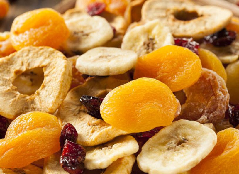 """Suszenie to najstarsza i wydaje się, że najskuteczniejsza metoda zachowania wartości odżywczych, zapachu i smaku owoców lub warzyw. Dorota Wdowicka-Rozbińska, autorka bloga """"Dorota smakuje"""" opowiedziała o tym, co w suszeniu jest najlepsze. Suszeniu można również poddać płatki ulubionych kwiatów i stworzyć z nich mieszankę przyprawową do sałatki - zaproponowała blogerka. Dorota zdradziła również 4 najskuteczniejsze metody domowego suszenia."""
