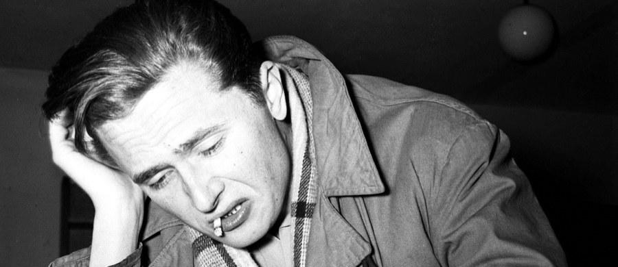 """""""To nie """"złoty pociąg"""" jest dla wielbicieli literatury największą sensacją ostatnich miesięcy"""" – pisze w weekendowym wydaniu """"Rzeczpospolita"""". Dziennik przedstawia historię """"Wilka"""" – owianego legendą powieściowego debiutu Marka Hłaski, który trafi do księgarń pod koniec września."""