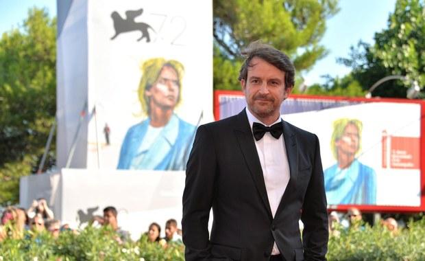 """Film """"Desde Alla"""" reżysera z Wenezuali Lorenzo Vigasa wygrał 72. festiwal filmowy w Wenecji i otrzymał jego najważniejszą nagrodę Złotego Lwa. Zwycięstwo filmu opowiadającego o gejowskiej miłości i samotności w Caracas jest wielką niespodzianką."""