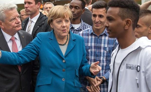 """Niemieccy komentatorzy uznali decyzję rządu w Berlinie o czasowym przywróceniu kontroli na granicach za przyznanie się przez Angelę Merkel do błędu w polityce wobec uchodźców. Według nich, kanclerz pogodziła się z tym, że sama nie zmieni polityki azylowej UE. Jak ocenia opiniotwórczy """"Sueddeutsche Zeitung"""", jeszcze nigdy Merkel nie musiała w tak spektakularny sposób skorygować swojej polityki."""