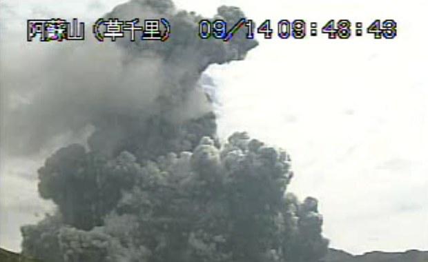 Po erupcji wulkanu Aso, na wyspie Kiusiu na południowym wschodzie Japonii, władze tego kraju nakazały znajdującym się w pobliżu turystom oddalić się w bezpieczne miejsce. Wulkan wyrzuca do atmosfery kłęby dymu i popiół.