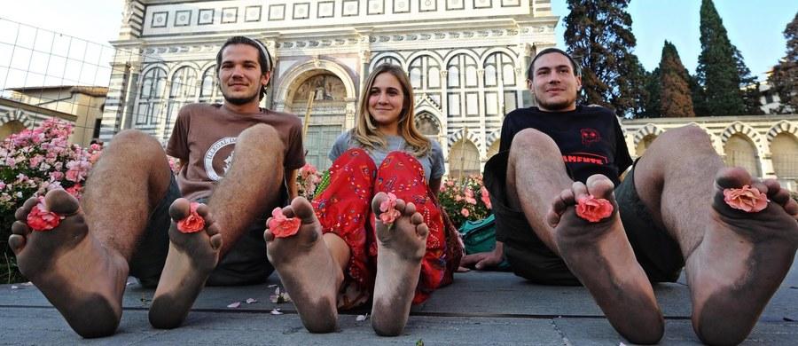 """Nowa dyskusja wokół kwestii uchodźców rozgorzała we Włoszech. Pewna para w tym kraju chciała wziąć ślub boso na znak solidarności z imigrantami - nawiązując w ten sposób do marszów bez butów organizowanych w podobnym geście. Na """"bosy ślub"""" nie zgodziła się jednak urzędniczka, czym wywołała falę komentarzy."""
