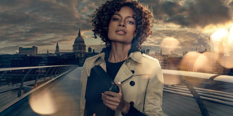 """Naomie Harris (Moneypenny) wystąpiła w firmie reklamowym firmy Sony prezentując """"stworzony na potrzeby Jamesa Bonda"""" smartfon."""