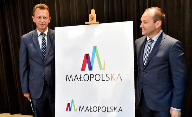 Województwo małopolskie ma nowe logo. Nawiązuje ono do szczytów gór, wież bazyliki Mariackiej i wijącej się Wisły. Autorem jest artysta grafik Zbigniew Pelon.