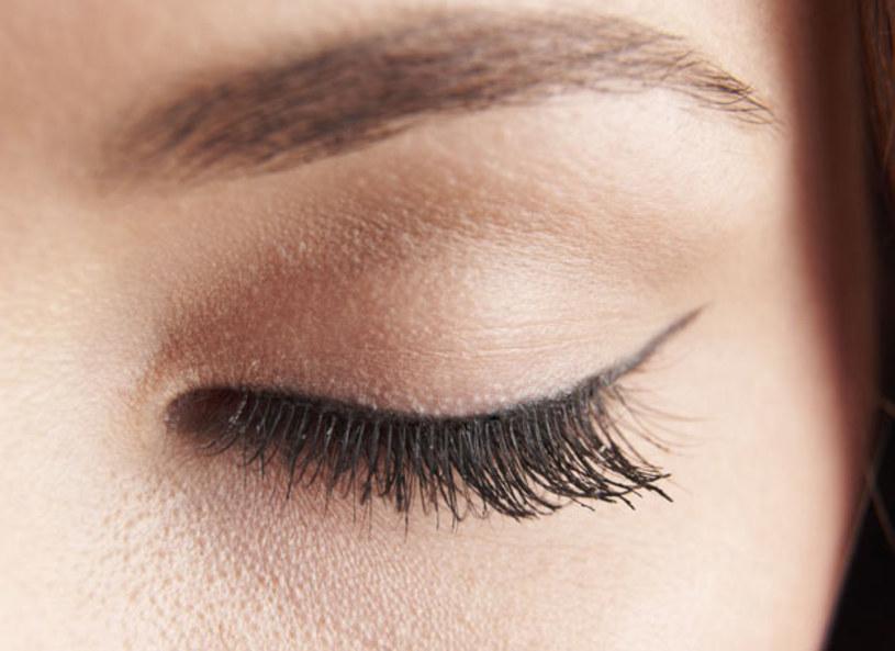 Nowy makijażowy trik - kreski, które wyglądają jak makijaż permanentny! Zrobisz je samodzielne w kilka minut. Kreska będzie pasować do każdego oka, ale na niektórych ciężką ją wykonać. Wizażystka zdradza patent, który pomoże ci wykonać nienaganną i efektowną kreskę, która sprawdzi się zarówno w makijażu codziennym jak i takim na wielkie wyjście.