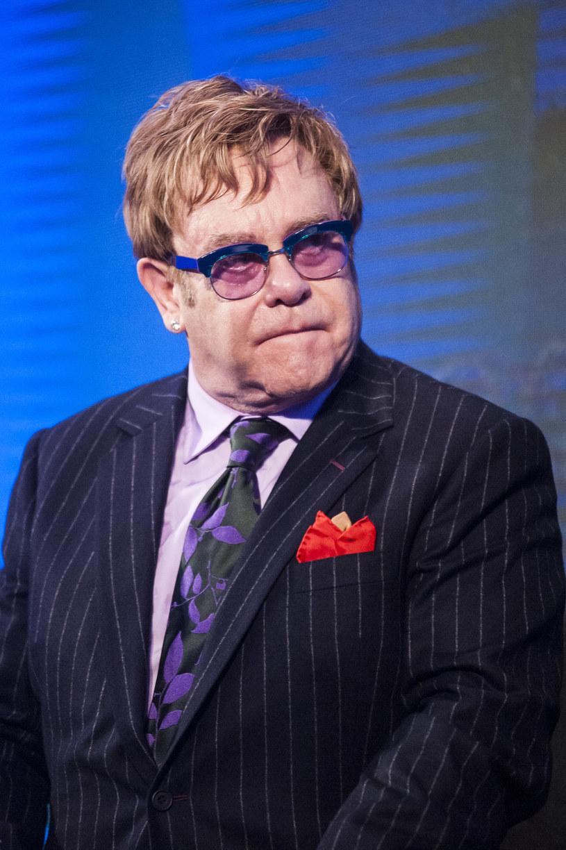 Elton John, który publicznie wyraził chęć spotkania się z Władimirem Putinem, oznajmił, że prezydent Rosji zadzwonił do niego. Jak się okazało, był to tylko żart znanych rosyjskich prezenterów telewizyjnych.