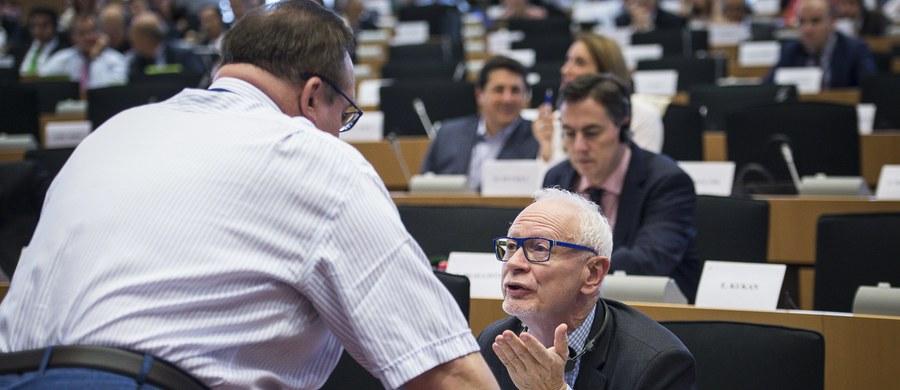 Czworo polskich eurodeputowanych opowiedziało się w głosowaniu za obowiązkowym rozdziałem 120 tys. uchodźców. To znaczy, że zgodzili się z propozycją Komisji Europejskiej, żeby obowiązkowo przypisać Polsce 9278 uchodźców. Są to Róża Thun, Danuta Huebner, Michał Boni z PO i Lidia Geringer de Oedenberg. Wszyscy eurodeputowani PiS zagłosowali przeciwko zmuszaniu nas do przyjmowania uchodźców.