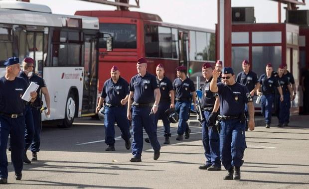 Setki uchodźców pokonały dziś granicę chorwacko-węgierską. Przewieziono ich tam chorwackimi autobusami. Według szefa węgierskiej dyplomacji Petera Szijjarto Chorwacja zachęca do nielegalnego przekraczania granicy z Węgrami.