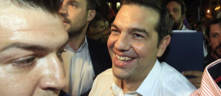 Wynik wyborów parlamentarnych daje Syrizie nowy i jasny mandat na najbliższe cztery lata i potwierdza  słuszność dotychczasowej polityki - oświadczył na wiecu w Atenach Aleksis Cipras. Po przeliczeniu ponad 80 proc. głosów Syriza ma poparcie 35,5 proc. i 145 miejsc w 300-osobowym parlamencie. Konserwatywna Nowa Demokracja uzyskała poparcie 28,3 proc. wyborców i 75 mandatów. Grecki system wyborczy przewiduje bowiem dla zwycięzcy premię w postaci dodatkowych 50 miejsc.